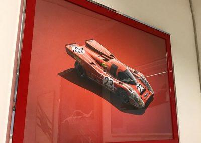 Affisch i högblank rödram